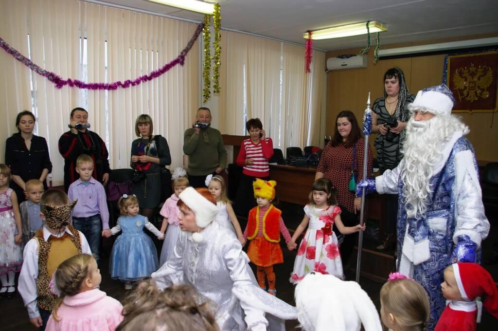 Детям, пострадавшим в ДТП на дорогах области, устроили новогоднее представление