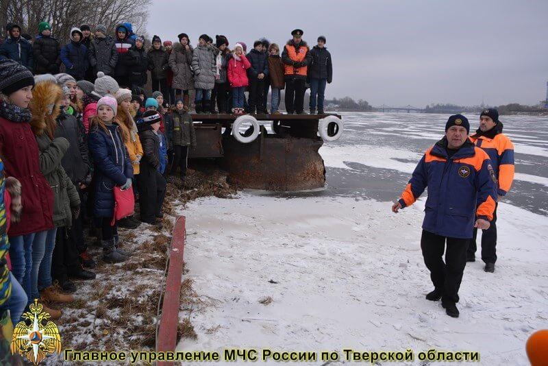 Тверских школьников научили безопасному поведению на водоемах в зимний период