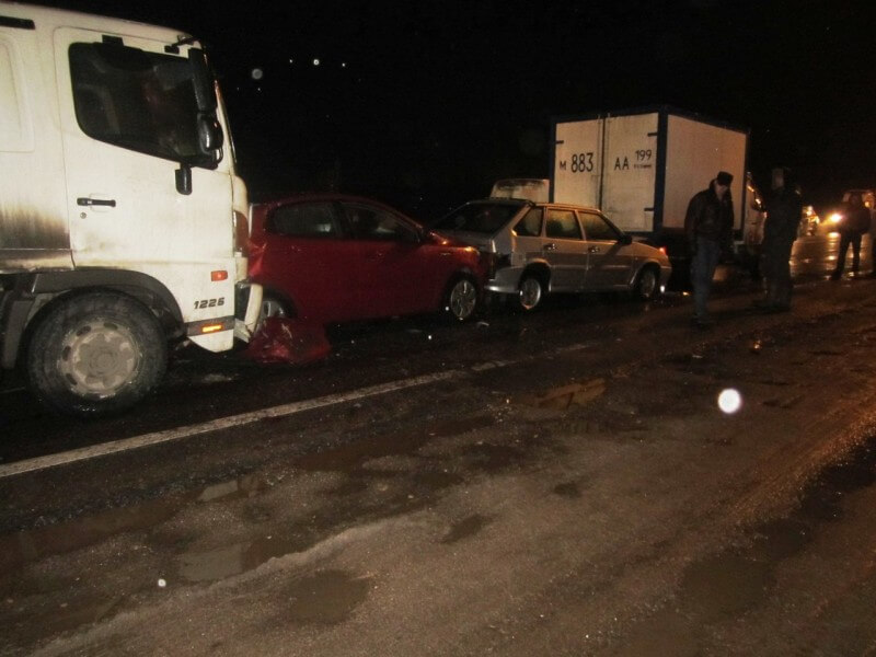 На трассе М-10 в Калининском районе произошло ДТП с участием 5 автомобилей