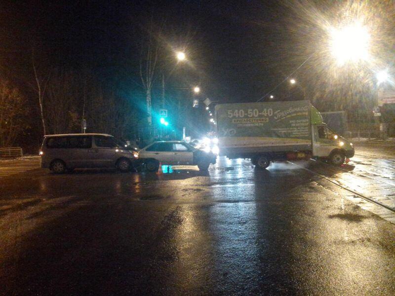 В Твери на перекрестке столкнулись 3 автомобиля. Есть пострадавший