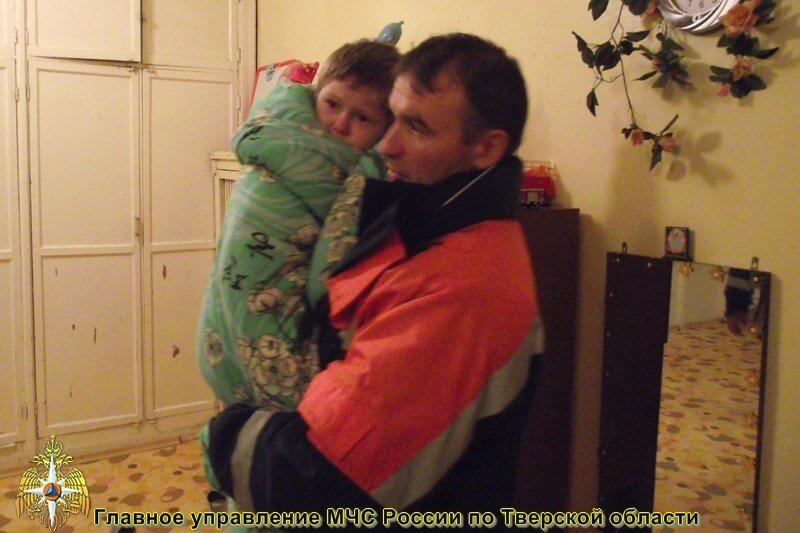 Тверские спасатели в очередной раз вызволили ребенка из-за запертой двери
