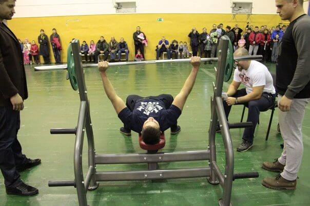 На турнире по русскому жиму в Редкино введена новая категория для юношей со штангой в 45 кг