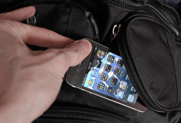 В Твери полицейский украл у задержанного мобильник