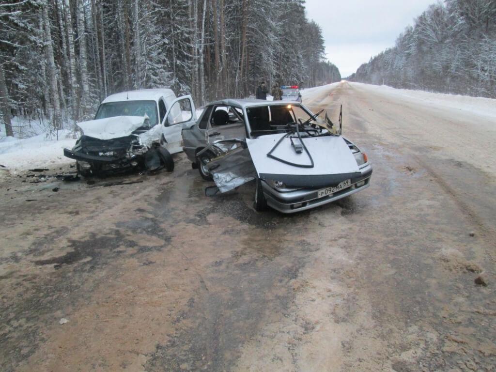 Под Бежецком столкнулись 2 автомобиля. Пострадали пассажиры обоих транспортных средств