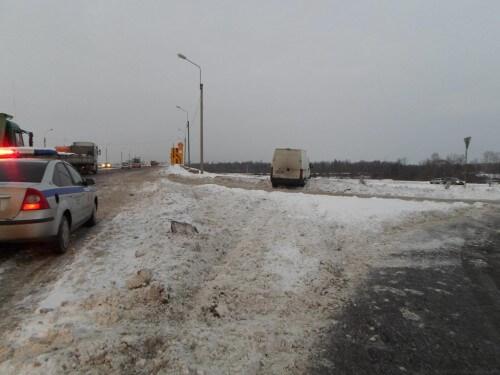 фото На трассе М-10 фургон совершил наезд на работника дорожной службы