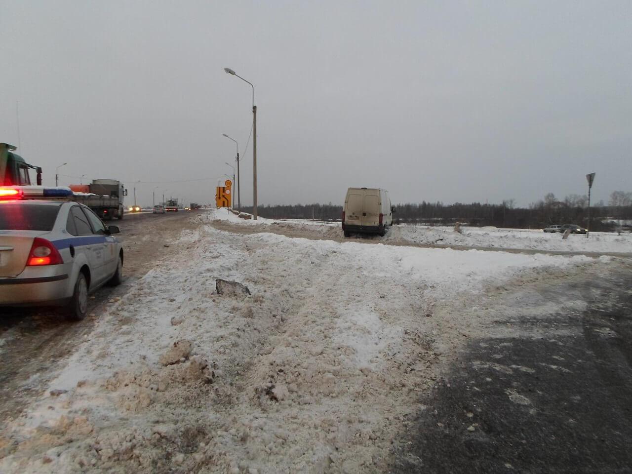 На трассе М-10 фургон совершил наезд на работника дорожной службы