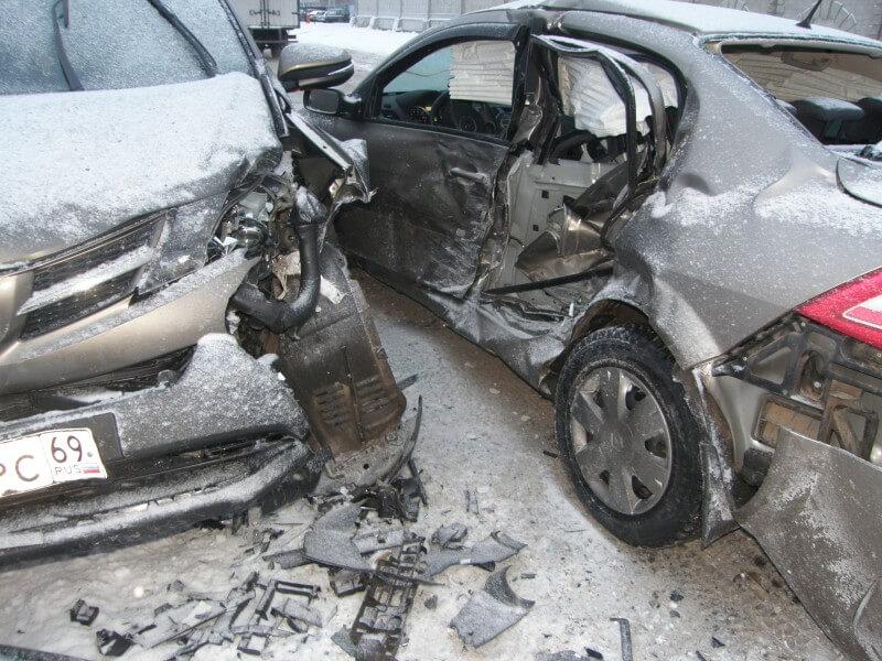 В Твери произошло столкновение 3-х автомобилей, пострадали 2 человека