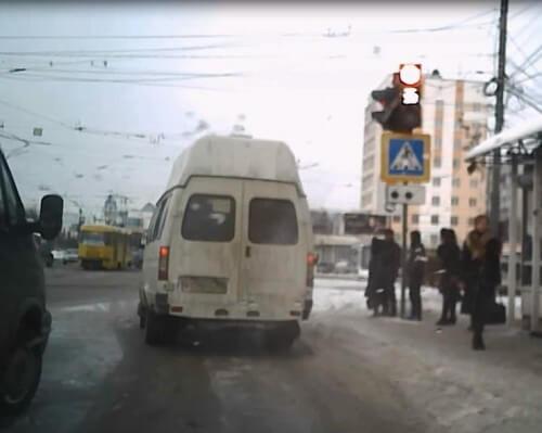 фото В Твери маршрутка проехала на красный сигнал светофора