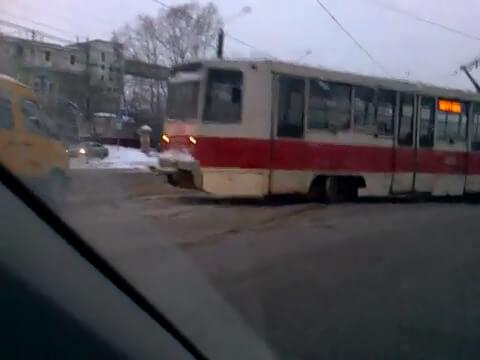 """фото В Твери трамвай """"сошел с рельсов"""""""