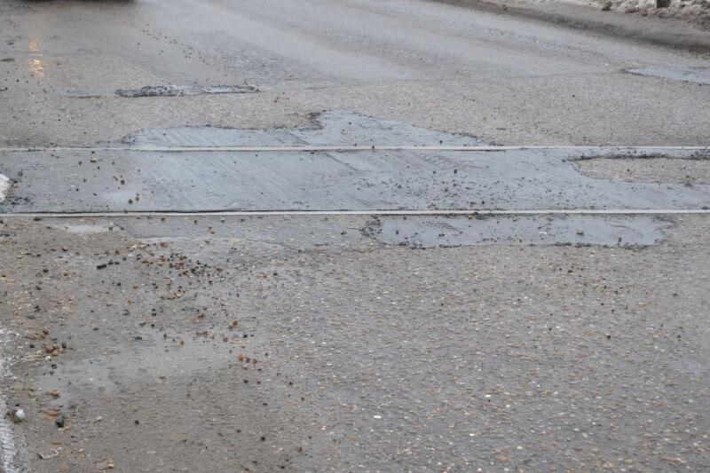 Дорожные ямы в Твери заливают асфальтобетоном