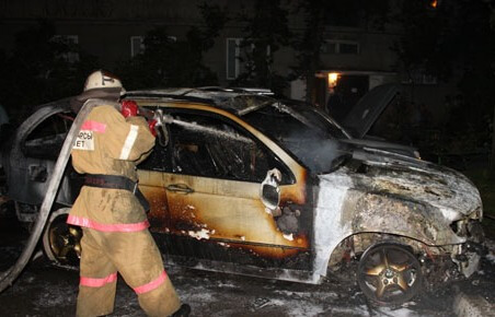 фото Во Ржеве неизвестные сожгли автомобиль