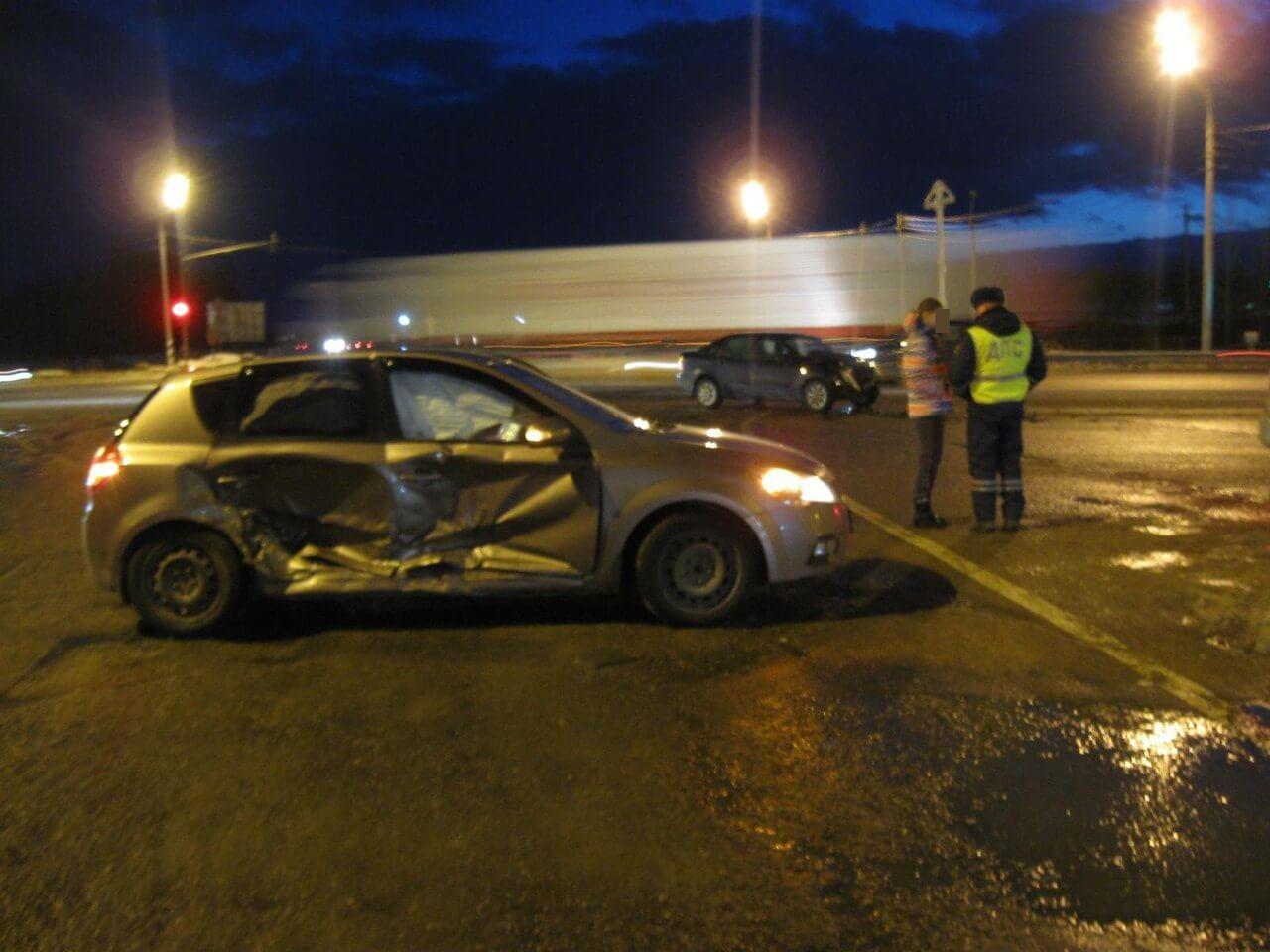 На трассе М-10 водитель спровоцировал ДТП, проехав на красный сигнал светофора