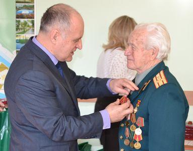 фото Тверским ветеранам вручают юбилейные медали