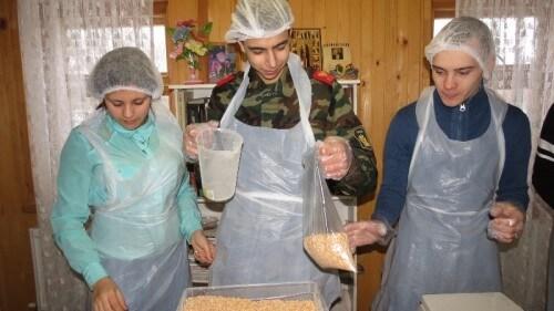 """фото В Твери расфасовали почти 6000 """"народных обедов"""" для малообеспеченных и нуждающихся семей"""