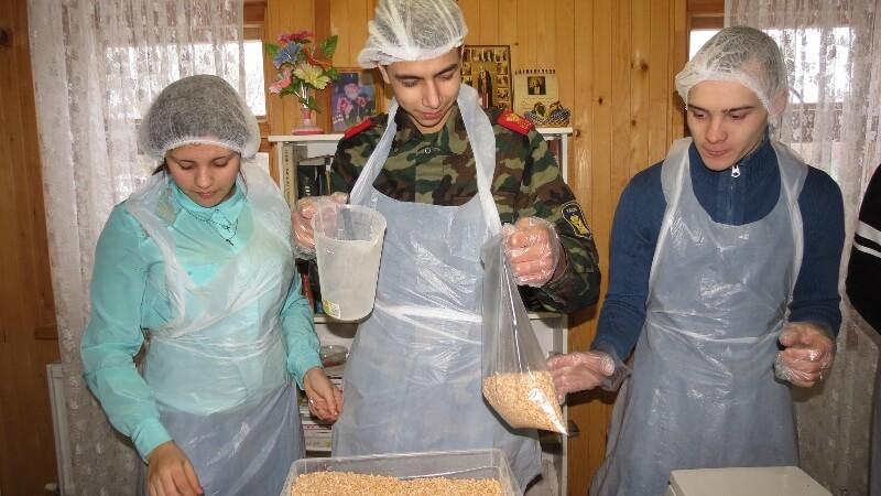"""В Твери расфасовали почти 6000 """"народных обедов"""" для малообеспеченных и нуждающихся семей"""