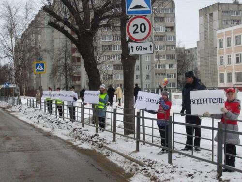 """фото В Твери школьники призывали водителей сбрасывать скорость перед """"зеброй"""""""
