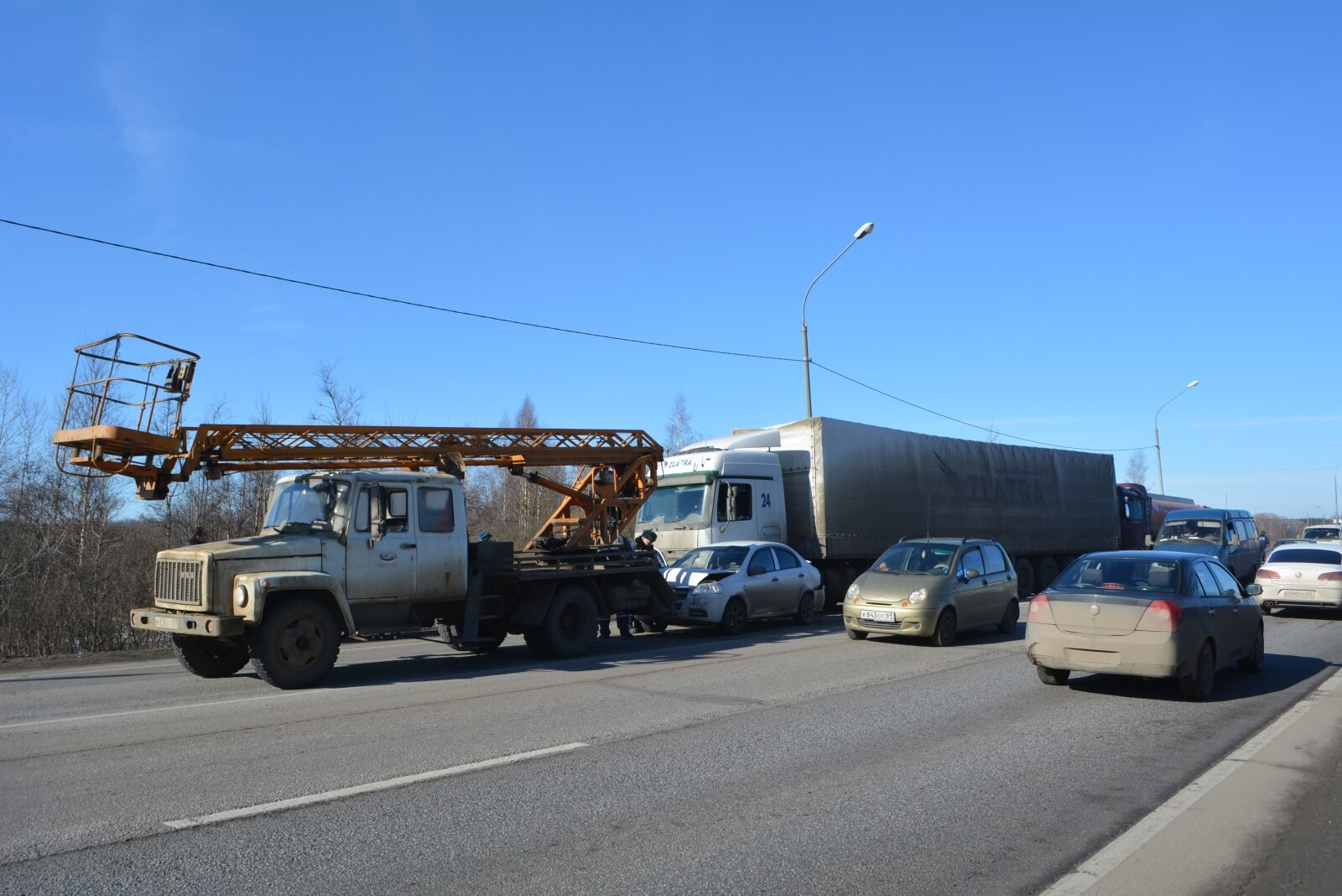 На трассе М-10 столкнулись 4 автомобиля