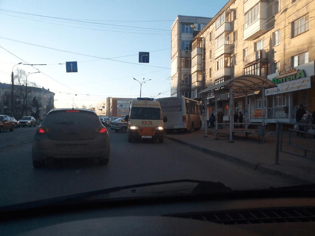 В Твери маршрутчик задавил пешехода на тротуаре