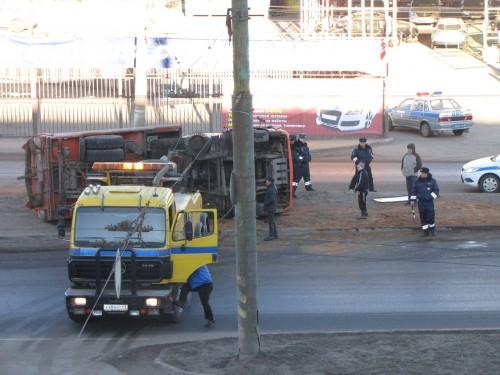 фото В Твери на Южном путепроводе перевернулся грузовик