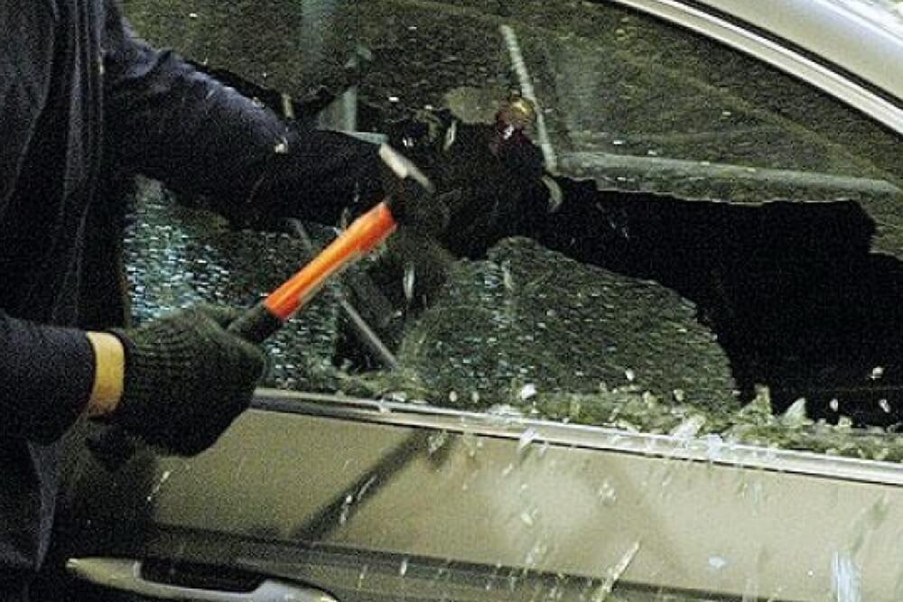 В Спировском районе мужчина украл из автомобиля 15 тысяч рублей
