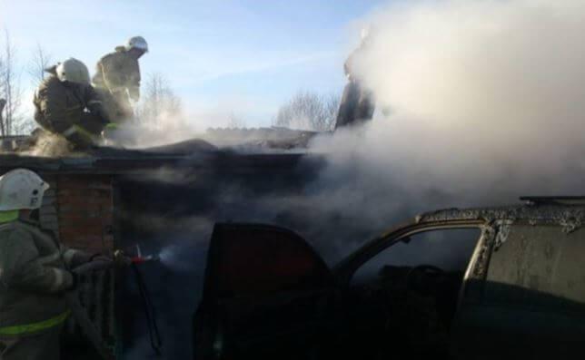 В Нелидово из-за короткого замыкания сгорел гараж и иномарка в нем