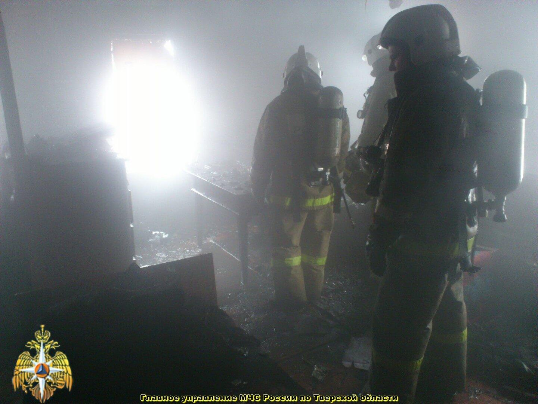 В результате пожара на пилораме в Твери пострадал человек