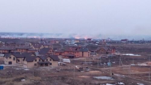 фото Под Тверью тушат пожар на поле с сухой травой