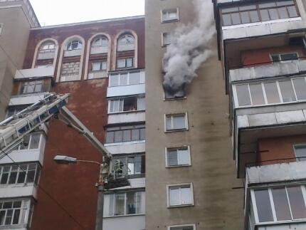 фото Тверские огнеборцы эвакуировали 17 человек на пожаре в многоквартирном доме