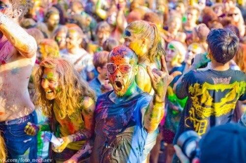 фото Развлечение и помощь - часть средств от Фестиваля красок в Твери пойдет в помощь тверскому ребенку