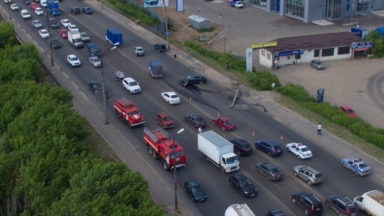 В Твери водитель иномарки из-за нарушения скоростного режима снес столб