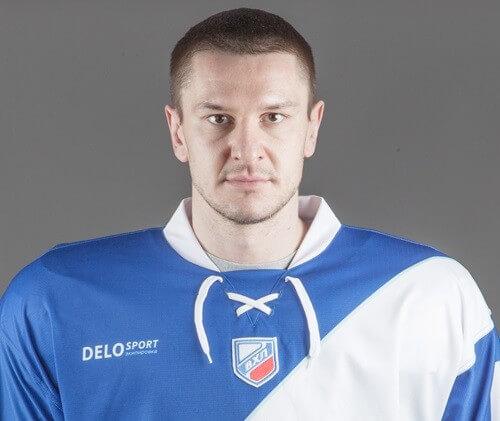фото Защитник Артём Тернавский остается в ТХК