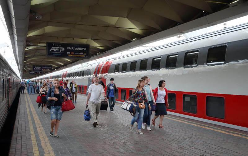 Отправился в первый рейс пассажирский двухэтажный поезд с местами для сидения производства Тверского вагоностроительного завода
