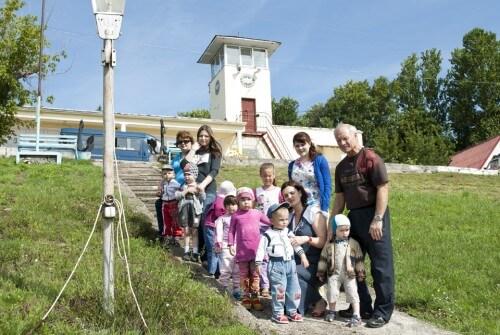 """фото Сотрудники ГИМС ГИМС устроили для детишек дома ребёнка """"Теремок"""" увлекательный праздник."""