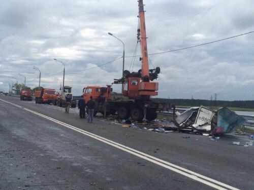 фото В результате ДТП на трассе М-10 в Иваньковское водохранилище опрокинулся бензовоз