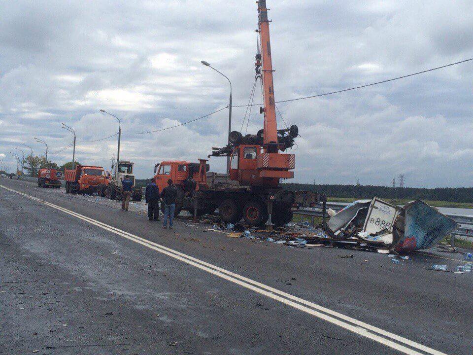 В результате ДТП на трассе М-10 в Иваньковское водохранилище опрокинулся бензовоз