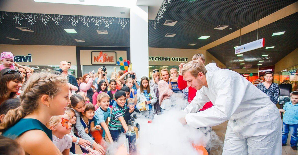 Кролик Крош из «Смешариков» помог выиграть приз юной гостье фестиваля «Счастье знать»