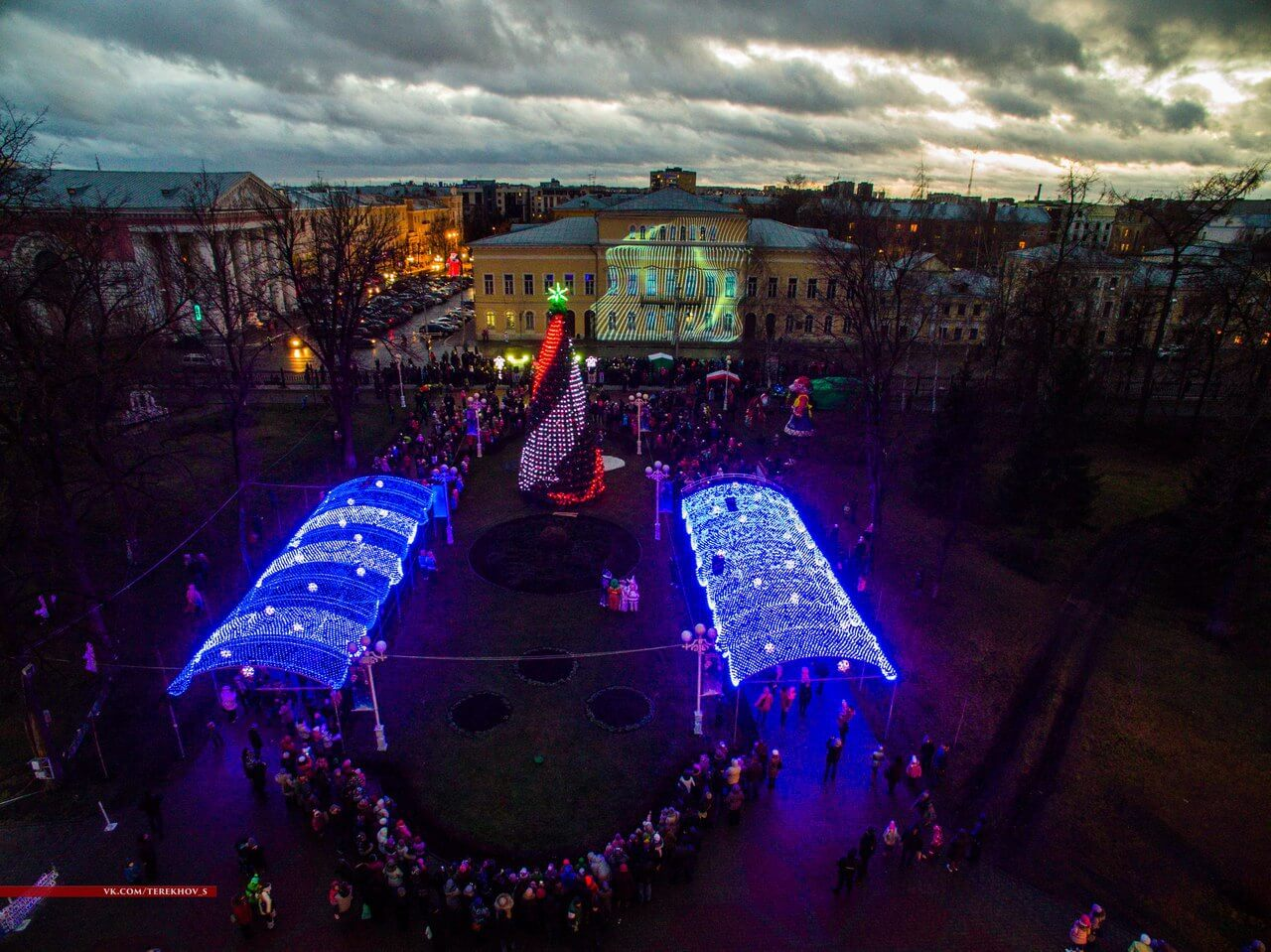 В городском саду в Твери проходит развлекательная новогодняя программа