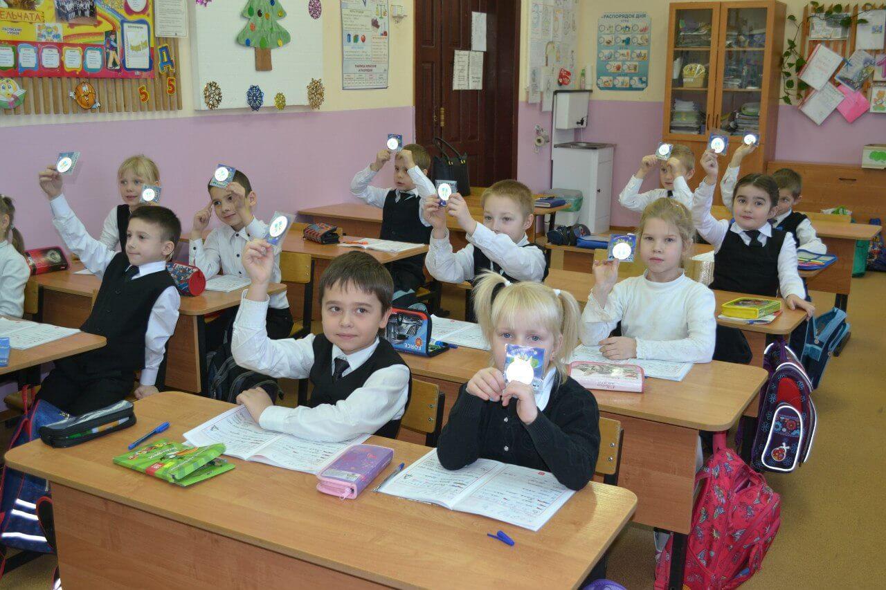 Сотрудники ГИБДД по Тверской области рассказали первоклассникам о необходимости использования световозвращающих элементов