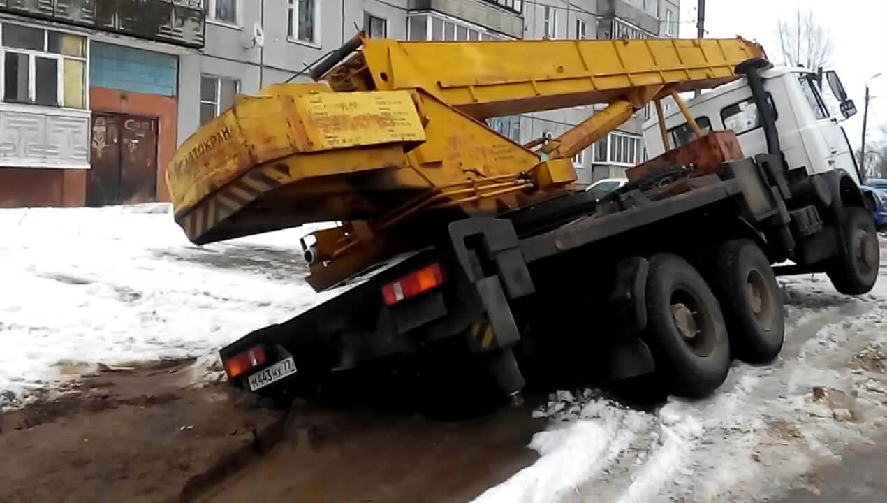 Многотонный автокран провалился в грунт в Твери