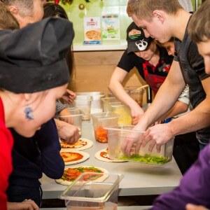 """фото Тверские хоккеисты провели акцию """"Испечем пиццу вместе"""" для детей из Некрасовского детского дома"""