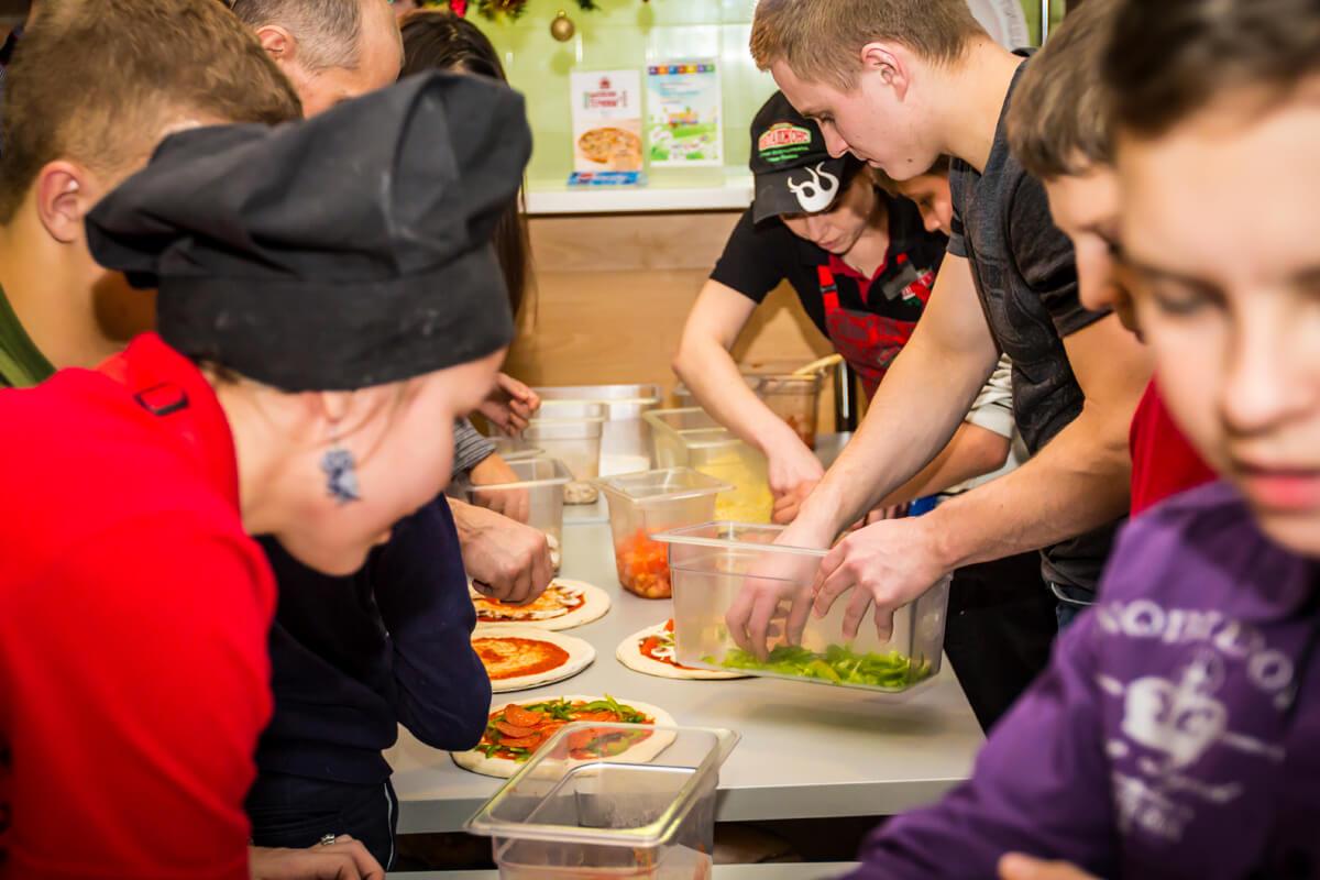 """Тверские хоккеисты провели акцию """"Испечем пиццу вместе"""" для детей из Некрасовского детского дома"""