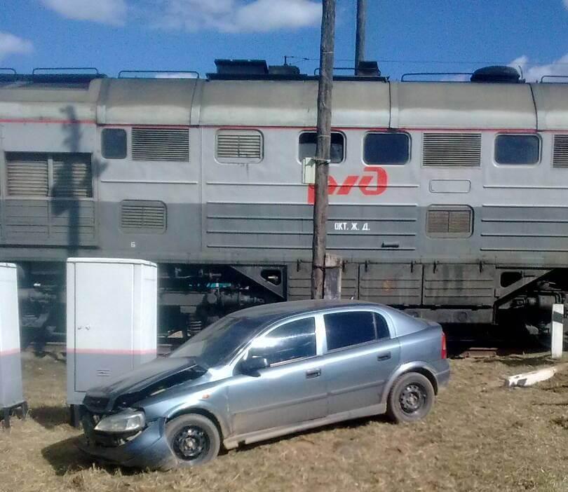 Грузовой поезд протаранил автомобиль в Тверской области
