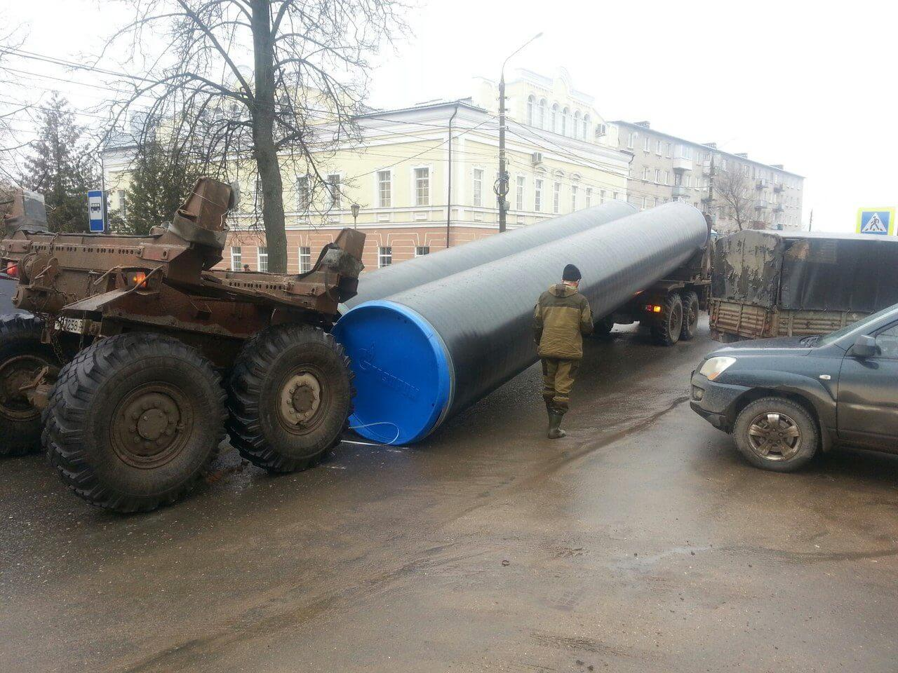 В Торжке с тяжеловоза упали огромные газовые трубы