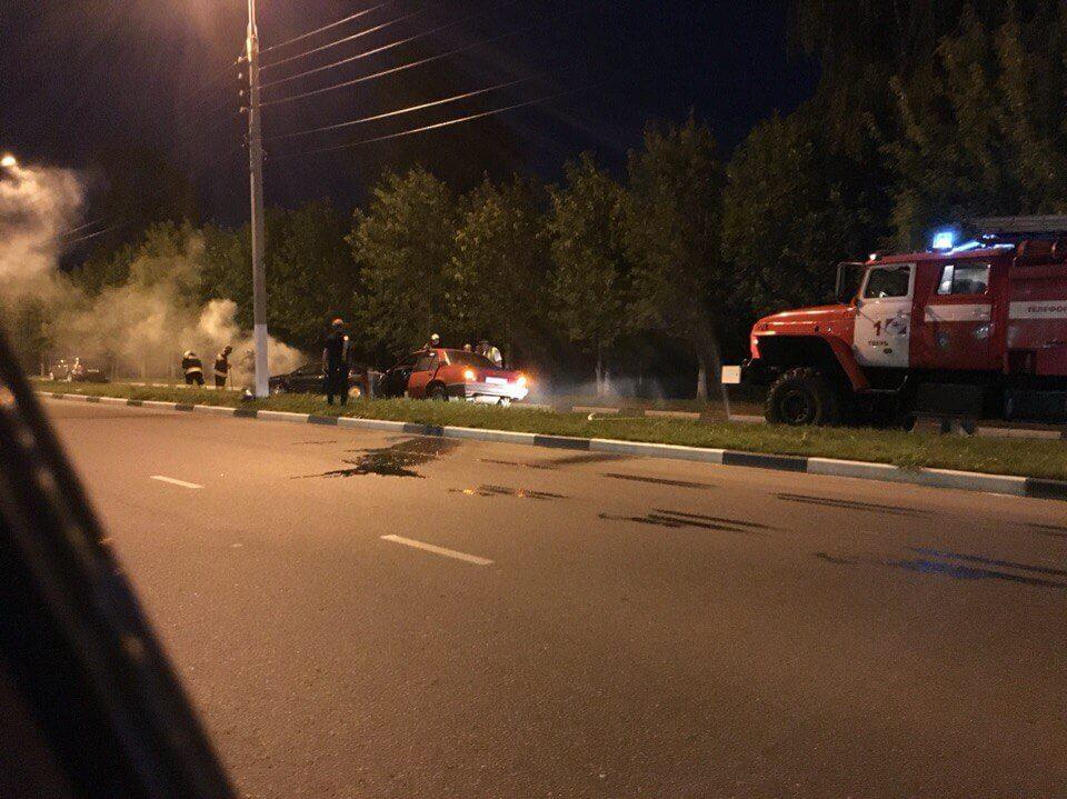 В Московском районе Твери произошло лобовое столкновение автомобилей. Одна из машин загорелась