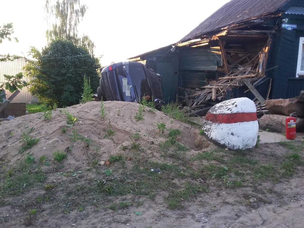 В Торжокском районе иномарка влетела в жилой дом