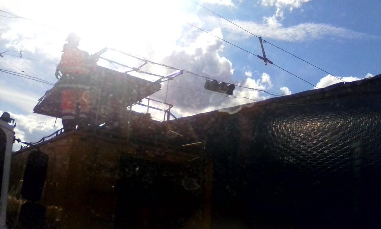 В Твери большегруз оборвал троллейбусные провода