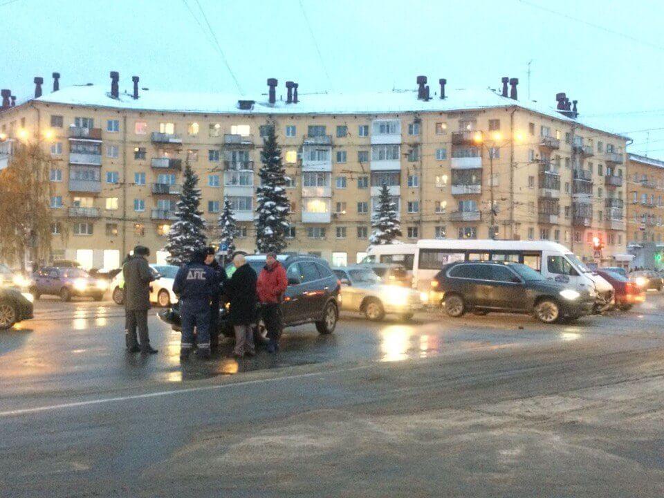 В результате столкновения маршрутки и паркетника пострадали люди