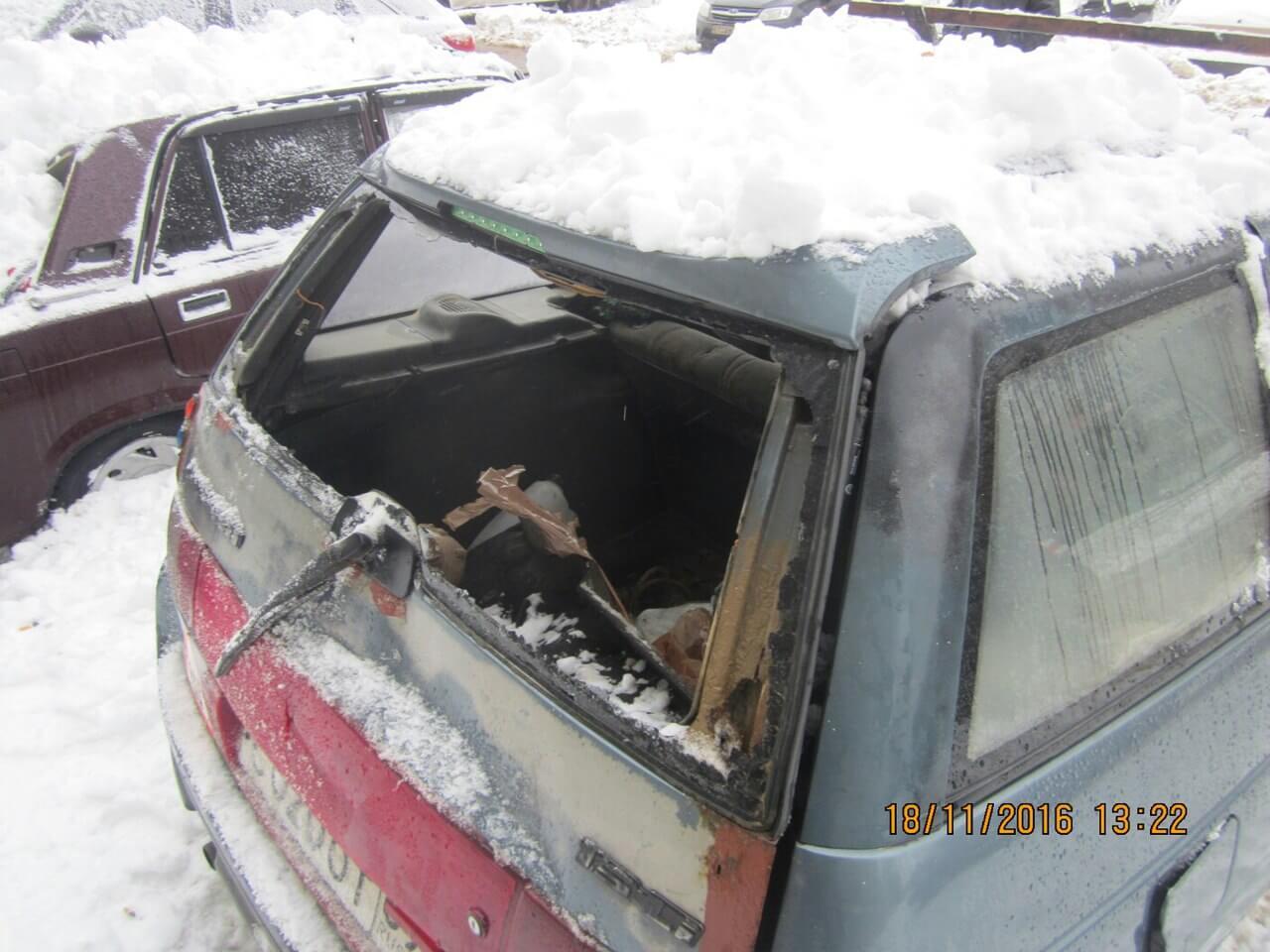В Твери снег с крыши дома повредил 4 автомобиля