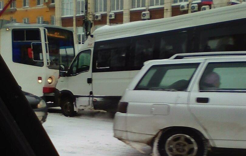 В Твери произошло лобовое столкновение маршрутки и трамвая