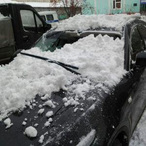 фото В Твери снег с крыши дома повредил 4 автомобиля
